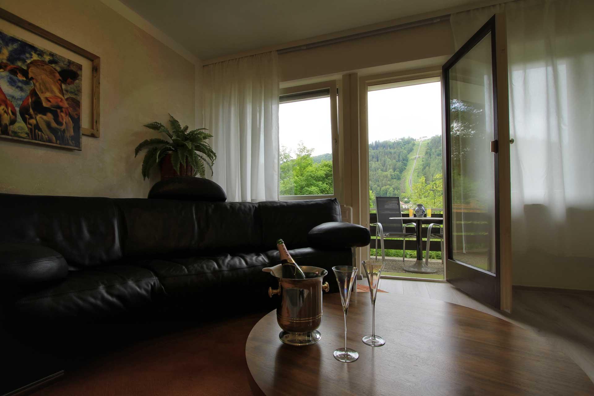 SchwarzwaldDELUXE Ferienwohnung Bad Wildbad - Blick vom Bett auf die Bergbahn